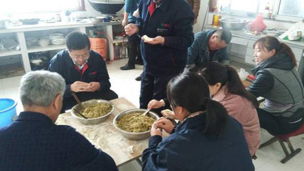 冬至,公司领导和员工一起包水饺.jpg